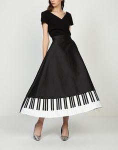Caminando en la falda larga elegante piano música blanco y negro