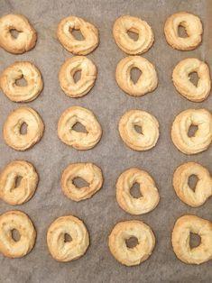 Glutenfri vaniljekranse findes ikke bedre. Sprøde, smørbagte vaniljekranse. Opskriften er min farmors og jeg kan huske, hvordan vi alle elskede farmors vaniljekranse! Vegan Gluten Free, Gluten Free Recipes, Dairy Free, Hygge, Food Crush, Christmas Snacks, Low Fodmap, Eat Cake, Cake Recipes