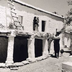 As you can see, the architecture is very special and has dangerous parameters. Old Photos, Vintage Photos, Greece History, Crete Island, Greek Culture, Simple Photo, Old Maps, Female Photographers, Greek Islands