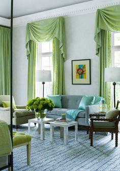 Шторы с ламбрекенами в зеленом цвете для просторной гостиной.