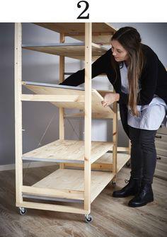 Vrouw legt een IVAR plank in een stellingkast