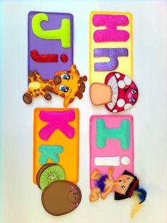 ABECEDARIO EN FOMI Class Door Decorations, Crafts To Make, Origami, Alphabet, Minnie Mouse, Lily, How To Make, Gross Motor Skills, Creativity