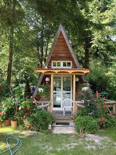 She Sheds&; Are Women&;s Perfect Response To The Man Cave (Photos) &;She Sheds&; Are Women&;s Perfect Response To The Man Cave (Photos) Natalia Steiner Kleine Häuser Kontener &;She sheds&; such […] Homes Cottage green life A Frame Cabin, A Frame House, Shed Decor, She Sheds, Cabins And Cottages, Tiny Cabins, Tiny House Living, Cottage House, House Made