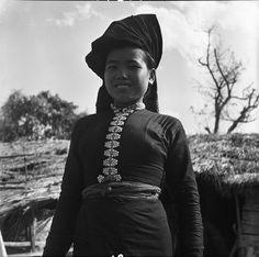 Description : Une jeune fille thaï en costume traditionnel, dans un village de la vallée de Diên Biên Phu. Date : Février 1954