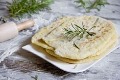 Naan, a leavened Indian flatbread, usually contains milk and butter or yogurt. This vegan version substitutes soy milk and olive oil for the dairy. Indian Food Recipes, Vegan Recipes, Ethnic Recipes, Yummy Recipes, Vegan Naan, Homemade Naan Bread, Naan Recipe, Vegan Wine, Good Food