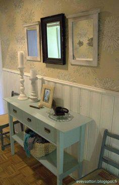 DIY Ikea sivupöytä sai kaverikseen kaksi piianpeilin peiliä ja yhden antiikkipeilin. Tuolit on saatu ilmaiseksi ja ovat vielä kesken.
