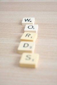 För stram ton? Byt ut 10 ord för en ledigare stil.