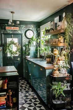White Kitchen Floor, Dark Green Kitchen, Green Kitchen Decor, Kitchen Plants, Green Kitchen Wallpaper, Green Kitchen Designs, Interior Design Kitchen, Victorian Kitchen, Victorian Homes