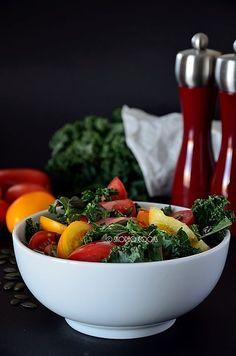 skoraq cooks: Sałatka jarmużowo - pomidorowa / Raw kale and tomato salad