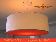 Loungeleuchte BLANCA SOLA Ø 60 cm Pendellampe mit Diffusor und Baldachin Damast. Loungeleuchte in trendigem Großformat mit der Ausstrahlung einer Sonne. Die Pendelleuchte BLANCA SOLA mit passendem Baldachin und dem orangefarbenen Diffusor verbreitet ein angenehmes sonnenähnliches Licht im Raum. Der Kontrast zwischen dem weißen Lampenschirm aus Damast und dem orangefarbenen Diffusor ist einzigartig.