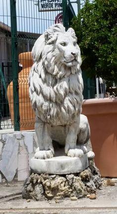 Animal Statues, Animal Sculptures, Lion Sculpture, Compound Wall Design, Dad Crafts, Design Rustique, Stone Lion, Lion Love, Cement Art