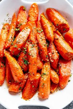 Honey Garlic Butter Roasted Carrots are the best side dish to add to your dinner table! Buttery, tender carrots roasted with the best honey garlic butter sauce! Honey Garlic Butter Roasted Carrots take ordinary roasted carrots to a whole new level! Oven Roasted Carrots, Grilled Carrots, Honey Glazed Carrots, Candied Carrots, Roasted Vegetables, Veggies, Carrots Oven, Vegetable Dishes, Side Dishes