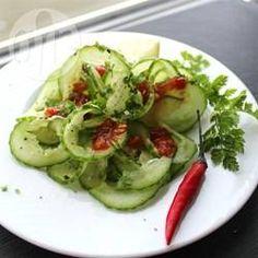 Una refrescante ensalada de pepino con jugo de limón y cilantro. Es fácil de preparar y se lleva muy bien con tacos de carne asada.