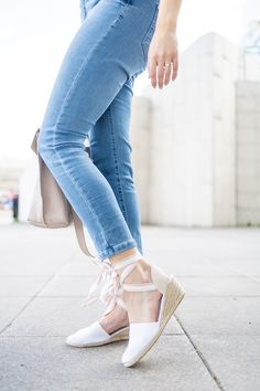 Täydelliset kesäkengät | pinjasblog  White espadrillos with laces, white espadrillos with heel, espadrillo heels, espadrillos outfit, women's summer shoes, espadrillo outfit, light blue jeans, kesäkengät, kesävaatteet