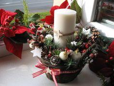 Vánoční+svícen+Vánoční+svícen+v+proutěném+košíku+o+rozměru+v.+20+cm,+průměr+17+cm. Candle Arrangements, Centerpieces, Table Decorations, Candles, Flowers, Christmas, Diy, Gifts, Home Decor
