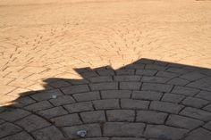 Sombra e luz com impressão de magnetismo pelo efeito do piso.