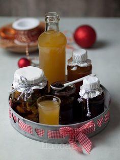 Üveges gasztroajándékok 2.: fűszeres mézes almalikőr, narancsos mézes palacsintaszirup, rozmaringos mézes csemege, datolyás balzsamecet, mazsolás kakaós dióvaj | Flat-Cat gasztroblog Gourmet Gifts, Christmas Cooking, Smoothie Drinks, Diy Christmas Gifts, Diy Food, No Bake Cake, Alcoholic Drinks, Goodies, Food And Drink