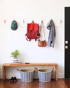 Soluções de armazenagem para o hall de entrada: ganchos e banco