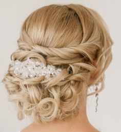 Love this simple hairstyle with the beautiful hair comb.