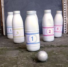 Réalisez avec vos loulous un jeu de quilles tout simple avec quelques bouteilles de lait ! Venez découvrir nos ateliers DIY sur notre blog C-MonEtiquette...