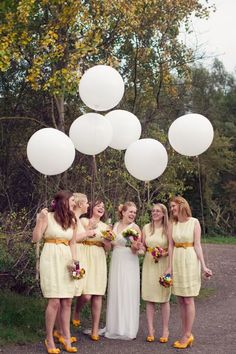 I love fall weddings with yellow colors!