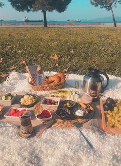 Es gibt ästhetische Picknick-Fotoshooting-Ideen am Meer. - Es gibt ästhetische Picknick-Fotoshooting-Ideen am Meer. Picnic Date, Summer Picnic, Beach Picnic, Picnic Dinner, Picnic Tables, Summer Bucket, Summer Aesthetic, Aesthetic Food, Aesthetic Outfit