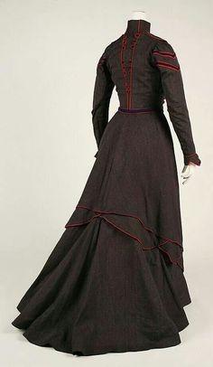 1899-1900 wool walking dress