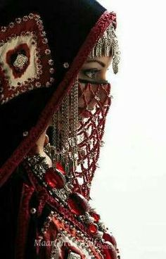 A bride from Yemen wearing a veil made of coral and an aqd necklace. The coral jewelry of the aqd necklace is worn because it is believed it protects from the evil eye. Niqab Fashion, Fashion Mask, Look Fashion, Arabian Women, Arabian Beauty, Yemen Women, Chica Fantasy, Arab Girls, Hijabi Girl