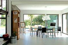 Des maisons ouvertes sur l'ext Architecture, Conference Room, Table, Furniture, Home Decor, Bay Windows, Open Set, My Dream House, Houses