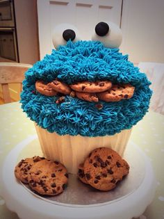 Giant Cookie Monster cupcake This is Awesome Large Cupcake Cakes, Cupcake Torte, Cookies Cupcake, Big Cupcake, Cookie Monster Cupcakes, Giant Cupcakes, Ladybug Cupcakes, Kitty Cupcakes, Snowman Cupcakes