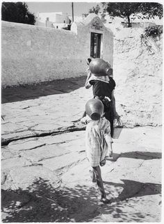 [Woman and girl carrying amphorae, Mikonos, Greece] Copyright © David Seymour/Magnum Photos Old Time Photos, Old Pictures, Mykonos Island, Photography Filters, Greek Art, Athens Greece, Magnum Photos, Greece Travel, Cool Eyes