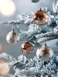Elegant white and copper Christmas tree decorations. Copper Christmas, Christmas Mood, Noel Christmas, Modern Christmas, Christmas Colors, Christmas Tree Decorations, Christmas Ornaments, Xmas, White Ornaments