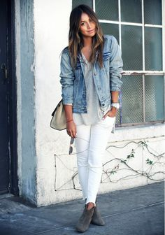 This absolutely chic casual outfit is super simple: a light blue denim jacket and white ripped skinny jeans. Finish off your look with a pair of charcoal suede ankle boots to spice things up. Fashion Mode, Look Fashion, Winter Fashion, Womens Fashion, Trendy Fashion, Petite Fashion, Fashion Spring, Fashion 2017, Fashion Check