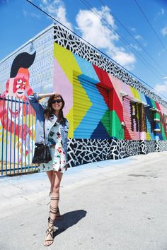 Style Scrapbook: the ultimate summer look, denim jacket + floral dress + gladiators! Murals Street Art, Mural Art, Wall Murals, Miami Pictures, Miami Photos, Wynwood Walls Miami, Style Scrapbook, Graffiti Wall, Picture Poses