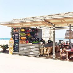 Chiringuitos at the beach / Barcelona. Juice bar on the beach, colourful and good product to sell Outdoor Restaurant, Cafe Restaurant, Restaurant Design, Lakeside Restaurant, Surf Shack, Beach Shack, Bar Deco, Juice Bar Design, Beach Cafe