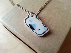 collana orso bianco  ciondolo dipinto a mano di tostoini su Etsy, €12.00 #etsy #illustration #polyshrink #necklace