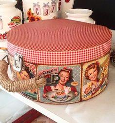 Ne kutusu olsun ki acaba ? #valiz#yuvarlakkutu #retro#kırmızı #pötikare #ahşapboyama#deqoupage… Vintage Box, Vintage Decor, Rustic Decor, Clay Box, Altered Tins, Craft Work, Box Bag, Wooden Crafts, Hat Boxes