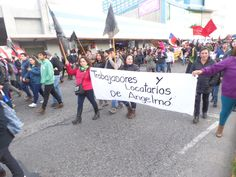 Resumen   Crisis socioambiental se extiende hacia Puerto Montt: barricadas y enfrentamientos en la capital de Los Lagos