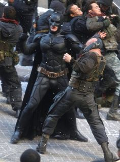 Christian Bale and Tom Hardy take to the streets while filming Chris Nolan's 'Batman: The Dark Knight Rises' in New York City on November 2011 Batman The Dark Knight, The Dark Knight Trilogy, Batman Dark, The Dark Knight Rises, Batman Christian Bale, Batman Love, Im Batman, Batman Arkham, Batman Comic Art