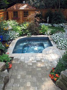 gartenpool kleines schwimmbecken und reichliche bepflanzung im kleinen garten