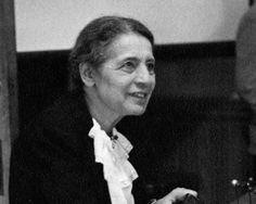 Lise Meitner: Nacida en Viena en 1878, participó en el descubrimiento de la fisión nuclear, además de realizar importantes investigaciones en teoría atómica y radiactividad. Una vez más, su aportación fue ignorada a la hora de los reconocimientos y fueron otros los que recibieron el correspondiente premio Nobel, ya que se encontraba en desventaja por partida doble: era mujer y judía. No obstante, el elemento 109 de la tabla periódico recibió en su honor el nombre de Meitnerio.