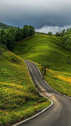 As Mais Belas Estradas e Rodovias do Mundo Beautiful Roads, Beautiful Landscapes, Beautiful Places, Belle Photo, Countryside, Paths, Nature Photography, Road Trip, Destinations