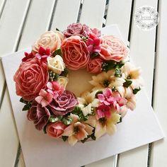 Flower wreathcake. #buttercreamflowers #butterblossom #flowerinstagram #flowercake #flowerkorea #koreaflowercake #cakeinspiration #wiltoncakes