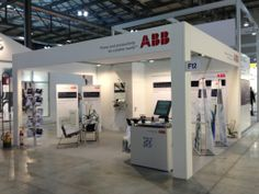 Stand di 20mq allestito con L-Banner Bifacciali, profili in alluminio, stampa su tessuto. Automontante ed economico