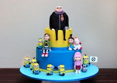 Despicable Me Birthday Cake will be cute for your children's birthday. The minions' characters are funny and cute. Many people think that the minions are Crazy Cakes, Fancy Cakes, Cute Cakes, Despicable Me Cupcakes, Minion Cupcakes, Cupcake Cakes, Torta Minion, Bolo Minion, Birthday Cakes