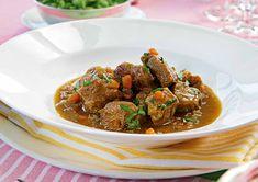 Mamas Kalbsragout mit Bärlauchspätzle. Rezept von Ulrike Hagen. Zwiebeln und Karotte schälen und fein würfeln. Stangensellerie und Lauch fein schneiden.