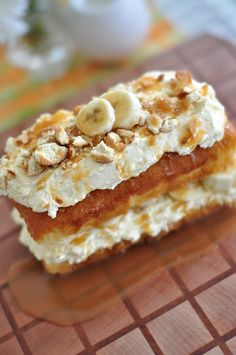 Easy Banana Pudding Cake - Layer store bought pound cake w/ prepared banana pudding mixed w/ store bought cheesecake filling (Philadelphia makes one), sliced bananas, and crushed vanilla wafers Banana Recipes Easy, Easy Banana Pudding, Just Desserts, Delicious Desserts, Yummy Food, Yummy Yummy, Delish, Sweet Recipes, Cake Recipes