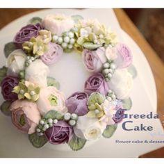 작약 하노이 수국리스케이크~ . 꼬마신사의 생일 케이크랍니다. ^^ . 화사한 컬러의 1호 사이즈 케이크랍니다~^^ . . 시트 건강만점…