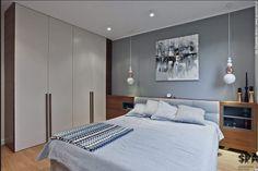 placard mural avec portes battantes, et larges poignées bois sur la partie basse. tete de lit sur tout le pan de mur avec chevets intégrés, jolie peinture murale spots et suspensions