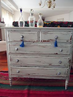 +VINTOUCH+: COMODA BLANCA DECAPADA TIRADORES DE CERAMICA 5 CAJONES Painted Nursery Furniture, Chalk Paint Furniture, My Furniture, Refurbished Furniture, Vintage Furniture, Furniture Design, Consoles, Wood Pallets, Repurposed